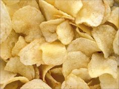 Potato chips are famed to be the leading contributors to rapid weight gain and as such healthier alternatives are the need of the hour. This article gives you 5 healthy alternatives to potato chips. National Potato Chip Day, Craving Salty Foods, Diabetes Mellitus Typ 2, Patatas Chips, Cancer Causing Foods, Weight Gain Meals, Potato Crisps, Cant Stop Eating, Foods To Avoid