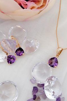 Ako osláviť prvý deň v mesiaci august, ktorý je synonymom hojnosti ako v prírode, tak v našej klenotníckej dielni? Dáme vám tip, ktorý môže byť skvelým motívom na návštevu jednej z našich kamenných predajní. Top trendy súprava Still life je dokonalou pastvou pre oči, však? Nádherne sýta farba fialových ametystov v kombinácii s bezfarebnými diamantmi vytvára tandem, ktorého majiteľkou chce byť každá žena! Rozmaznávajte sa, doprajte si tieto prírodné drahokamové plody leta. Vy si to zaslúžite. :-) Still Life, Amethyst, Pearl Earrings, Pendant Necklace, Pearls, Gemstones, Jewelry, Fashion, Moda