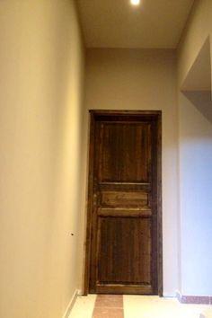 Realizzazione disimpegno e passa camere con posa porta verniciata in stile anticato.