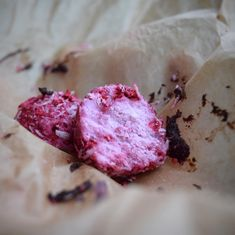 Kokosovo-rybízovo-malinové koule.  Podle receptu: https://www.instagram.com/p/Bc26hNpFMCv/  Lze obalovat v čokoládě.