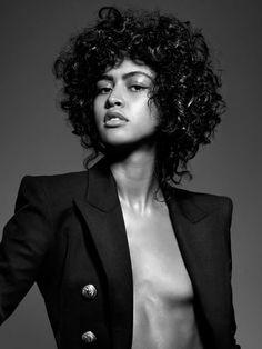 Du hast von Natur aus Locken? Dann weißt du sicher, dass deine Haare besonders viel Pflege brauchen. Denn lockiges Haar neigt zu Trockenheit und braucht daher Haarprodukte, die es mit viel Feuchtigkeit versorgen. Den Anfang auf dem Weg zur beneidenswerten Lockenpracht machst du bei der Wahl deines Shampoos: ein spezielles Locken Shampoo verleiht schlappen, strohigen Locken neuen Sprung und schützt sie vor schädlichen Umwelteinflüssen. Wir verraten dir mit welchen Locken Shampoos dein Haar…