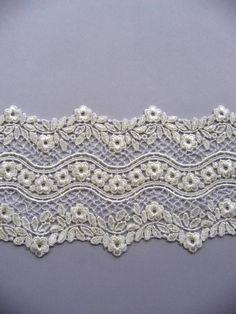 Clicca per foto più grande Embroidered Lace Fabric, Lace Embroidery, Lace Applique, Border Embroidery Designs, Embroidery Patterns, Lace Patterns, Textile Patterns, Antique Lace, Vintage Lace
