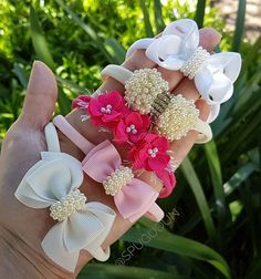 Passando para mostrar esse pedido lindo de uma princesa que está pra chegar. Além das faixinhas super delicadas a mamãe também escolheu os… Hair Ribbons, Ribbon Bows, Diy Flowers, Fabric Flowers, Easy Hair Bows, Diy Baby Headbands, Baby Bows, Toddler Hair Accessories, Barrettes