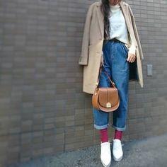 短めチェスターコート×マムジーンズ。相性抜群です。足元のボルドーのソックスがオシャレです。まだまだ寒いから靴下で遊ぶのも楽しいですね。