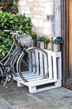 Wooden pallet table Mercedes Werkstatt Pallet table made of wood - Mercedes diy pallet - diy pallet garden - diy pallet signs Pallet Bike Racks, Diy Bike Rack, Bicycle Rack, Bicycle Storage, Garden Bike Storage, Rack Velo, Wood Bike Rack, Wooden Pallet Table, Wooden Pallets