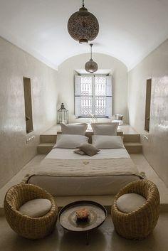 Du linge de lit en lin, des fauteuils en osier, un lustre arabique, le tout baignant dans des couleurs neutres.