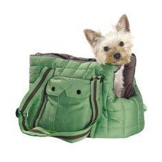 Hundetasche - Bummler   Die Tasche gibt es in zwei Farben. Einmal in grün mit braun, sowie in schwarz. Es handelt sich um einen klassischen Materialmix  im sportiven Retro-Design. Die Tragegurte kann man bequem weit verstellen, so dass  die Tasche seitlich oder quer als Umhängetasche getragen werden kann. Innen kann Ihr Hund mit einem kleinen Gurt per Karabinerhaken gesichert werden, damit er nicht herausspringen kann.