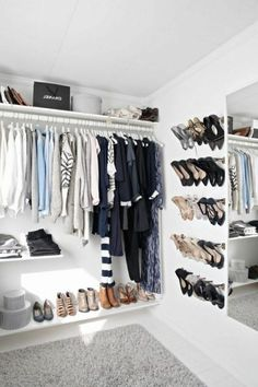 Un espace dressing avec un coin réservé pour le rangement des chaussures