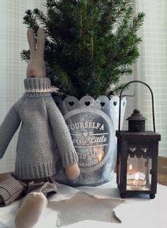 Maileg pupu, lyhty, tyynyliina ja ruukku. Niistä on joulu tehty.