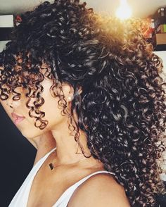 To have beautiful curls in good shape, your hair must be well hydrated to keep all their punch. You want to know the implacable theorem and the secret of the gods: Naturally curly hair is necessarily very well hydrated. Natural Hair Styles, Long Hair Styles, Curly Hair Styles Easy, Curly Hair Tips, Updo Curly, Frizzy Hair, Curly Hair Bangs, Big Hair, Gorgeous Hair