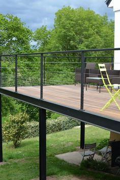One of outdoor extensions we can build is deck. Find out the best DIY deck railing ideas you can build yourself so it should provide a lot of inspirations. Balcony Railing Design, Deck Railings, Patio Design, Balcony Deck, Railing Ideas, Balcony Garden, Wooden Terrace, Wooden Decks, Terrace Bois