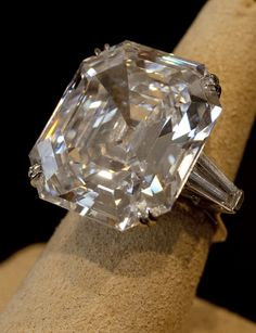 Pinche aquí para ver la siguiente foto.  Foto: El famoso diamante de Elizabeth Taylor, un 33.19 carat único por su claridad y tamaño, engarzado sobre un anillo de platino. Fue un regalo de Richard Burton y la actriz solía referirse a él como su 'bebé', solía llevarlo puesto siempre que tenía ocasión. El actor lo adquirí en Nueva York por 305.000 dólares en 1968, y ahora su precio a subasta rondará los 3.500.000 dólares.