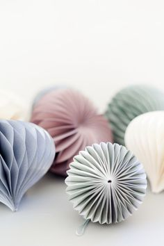 // Divine DIY 3 paper origami Christmas decoration/balls - wonder how hard this would be to do it yourself...