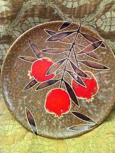 نقاشی رو سفال Clay Plates, Ceramic Plates, Pottery Plates, Ceramic Pottery, Ceramic Painting, Ceramic Art, Pomegranate Art, Stained Glass Crafts, Fruit Art