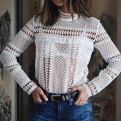 Top en dentelle à manches longues + jean brut semi taille haute = le bon mix (photo Song of Style)