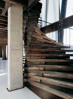 """Impressionante escadaria construída em madeira de demolição e parafusos """"expostos"""". Escada integra ambiente com estrutura aparente. Do rústico ao industrial-chic."""
