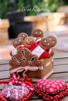Cute Cookie box tutorial- gives rough directions with pictures to help Christmas Food Treats, Christmas Cookie Exchange, Holiday Treats, Christmas Baking, Christmas Cookies, Gingerbread House Parties, Gingerbread Man Cookies, Christmas Gingerbread, Gingerbread Men