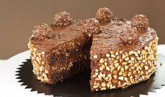La torta Ferrero Rocher è un dolce golosissimo, ricoperto da una granella di nocciole e ripieno di Nutella. Squisito!! Ecco la ricetta.