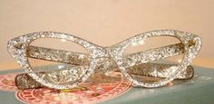 DIY Glitter Glasses for the bookworm mom :) My mom had sunglasses that she made like this by using glitter nailpolish. Fashion Eye Glasses, Cat Eye Glasses, Pin Up, Gyaru, Diy Glitter Glasses, Jimmy Choo, Glitter Eyeshadow, Girly, Glasses Frames
