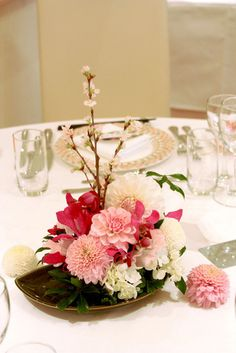 ダリアとマムの和の装花~ゲストテーブル Tropical Flower Arrangements, Tropical Flowers, Evergreen Wedding, Flower Decorations, Table Decorations, Cherry Blossom Wedding, Japanese Wedding, Japanese Flowers, Table Flowers