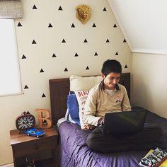 Nos encanto como quedo el dormitorio de Benja!!! Con nuestros triangulos oso y letra B  #triangle #bear #lasercut #temuco #chile #diseño #hechoentemuco #diseñochileno by imaginarioelementos