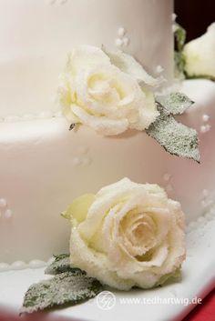 Hochzeitstorte mit echten Blumen. Hochzeitsfotos