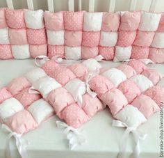 Купить или заказать Бомбон бортики одеяло в интернет-магазине на Ярмарке Мастеров. Бортики на три стороны кроватки 3200 руб. На весь периметр 4400 руб. Тканей в наличии очень много, поможем с выбором Получаются очень мягкими и легкими Каждый бортик крепится ленточками Можно сшить бомбон одеялко по Вашим размерам. Детки очень любят их, т.к.