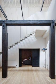 Le studio australien Andrew Simpson Architects a converti un entrepôt industriel en brique rouge de la fin du 19ème siècle en une maison contemporaine pour