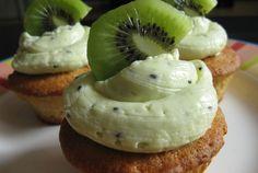 Kiwi Vanille Cupcakes, heerlijk fris fruitige taartjes! Erg leuk om te maken en super lekker! Veel bakplezier!