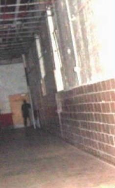 Really excellent and spooky picture taken by Polly Gear of the Mountaineer Paranormal group at Moundsville Prison, West Virginia of a shadow person. Ghost Images, Ghost Pictures, Creepy Images, Scary Photos, Photos Du, Scary Ghost Pics, Photos Of Ghosts, Creepy Pics, Creepy Art