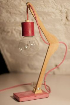 Upcycling: Lampe aus altem Kleiderbügel selber machen als DIY Deko – Upcycling: Make a lamp from an old hanger yourself as a DIY decoration – Wooden Lamp, Wooden Diy, Make A Lamp, Diy Casa, Creation Deco, Unique Lamps, Modern Lamps, Diy Room Decor, Home Decor