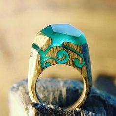 anillo de madera y resina con mini paisaje