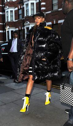 Rihanna, enfouie dans sa doudoune Raf Simons dans les rues de Londres