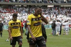 Gabriel Marques (i) y José Luis Perlaza, defensas de Barcelona, salieron con rostros notablemente desencajados tras la derrota de ayer ante Liga Deportiva Universitaria de Quito.