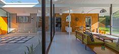 """Esta es una casa Eichler diseñada por los arquitectos Anshen y Allen en la zona de Orange County, California, en 1962. Desde el atrium de entrada, a la izquierda, se puede ver el jardín a través de los grandes ventanales dispuestos de suelo a techo, característica infaltable de estas casas. Otro detalle común son las paredes revestidas con contrachapado de nogal filipino. Está en una zona de """"tracts homes"""" (casas iguales). La venden en Eichler SoCaL, una de las inmobiliarias especializadas…"""