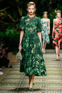 Dolce & Gabbana takes a trip to the jungle for its spring-summer 2020 collection. Presented during Milan Fashion Week, the designers open the show with safari inspired khakis. Utilitarian inspired pockets and belting gets tailored Catwalk Fashion, Fashion 2020, Fashion Brands, Fashion Show, Fashion Outfits, Milan Fashion, Fashion Weeks, Tropical Fashion, Colorful Fashion