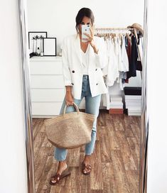 White blazer, jeans, straw tote bag and brown Hermes Oran sandals outfit Casual Chic, Casual Street Style, Instagram Outfits, Spring Summer Fashion, Spring Outfits, Winter Fashion, Casual Outfits, Cute Outfits, Fashion Outfits