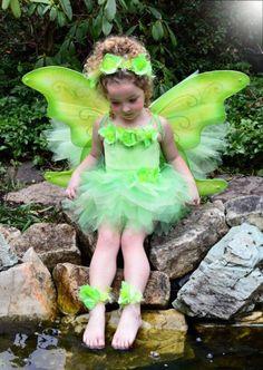 déguisement fée clochette, une fille portant la costume de la fée Clochette  Robe Tutu Halloween d900b5d3e9aa