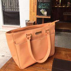¿Adivinan de dónde es esta bolsa DI VI NA? 👉 @mumma_mx #bag #consumelocal #yatengomimumma ✨
