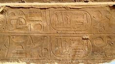 Bas-Reliefs à Karnak, où l'on peut distinguer notamment des cartouches contenant le hiéroglyphe du dieu Seth.