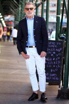 紺ブレザー×ライトブルーオックスフォードシャツ×白パンツ×黒ダービーシューズ