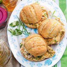 Kruidenomelet met kip - Buiten eten wordt een feestje met deze lekkere maïsbollen met omelet en kip. #recept #lunch #onthego #JumboSupermarkten