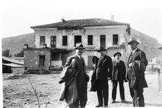 Αργος. Μετα την κατοχή, ο τ.δημαρχος Κωστής Μπόμπος επιθεωρεί με άλλους κρατικούς αρμόδιους, το κατεστραμμένο Καλλέργειο (σημερινό Μουσείο)