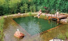 Wer genug Platz im Garten hat, könnte sich für die heißen Sommertage einen Schwimmteich bauen. Vorteil gegenüber einem Pool: Er wird nicht mit Chlor sondern auf natürliche Weise gereinigt. #Garten #Teich
