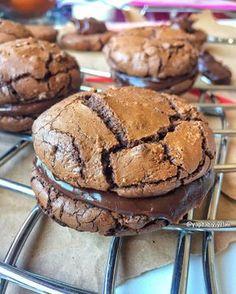 """341 Likes, 10 Comments - YAP DA Bİ YİYELİM (@yapdabiyiyelim) on Instagram: """"Brownie Sandviç MALZEMELER BROWNIE İÇİN 225 gr. Çikolata 4 yemek kaşığı tereyağ 1.5 su bardağı…"""""""