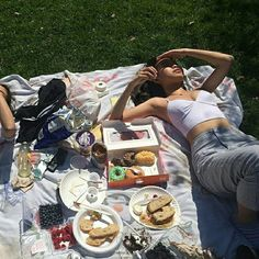 Aesthetic summer vibes vsco bucketlist ideas to do friends picnic food Summer Vibes, Summer Feeling, Picnic Pictures, Picnic Date, Night Picnic, Insta Photo Ideas, Summer Dream, Foto Pose, Teenage Dream