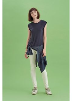 WOMAN SS17 LOOK 31 - Your free time is important: live it with passion with a stylish and sporty outfit, always practical and memorable. #SUN68 #SS17 #woman #tshirt #jeans #colors #elegance