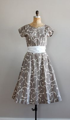 Vintage dress / The Lunar Phases Vintage Tea Dress, Vintage 1950s Dresses, Vintage Outfits, Vintage Fashion, Vintage Style, Dapper Day, Beautiful Costumes, Sweet Dress, Party Dress
