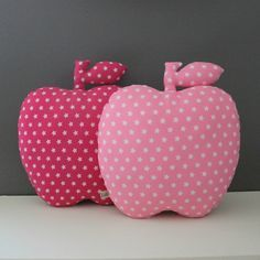 doudou-vintage-1-pomme-etoiles-coussins-deco-enfant-bebe - Picslovin Baby Cot Bumper, Sewing Crafts, Sewing Projects, Star Cushion, Plushie Patterns, Patchwork Cushion, Fabric Toys, Sewing Pillows, Kids Pillows