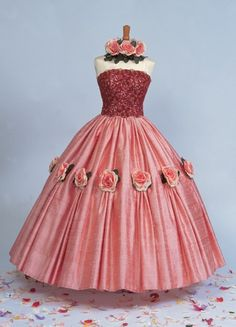 50's Style  :      Picture    Description  A Silk Dupioni ball gown trimmed with roses and lace…    - #50s https://looks.tn/style/50s/50s-style-a-silk-dupioni-ball-gown-trimmed-with-roses-and-lace/